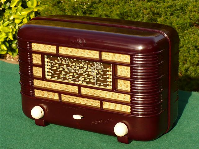Brown Bakelite Radio by rollerboy76
